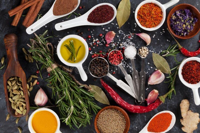Örter, smaktillsatser och kryddor arkivfoton