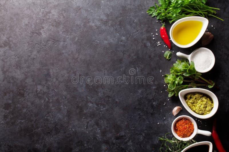 Örter, smaktillsatser och kryddor royaltyfri bild