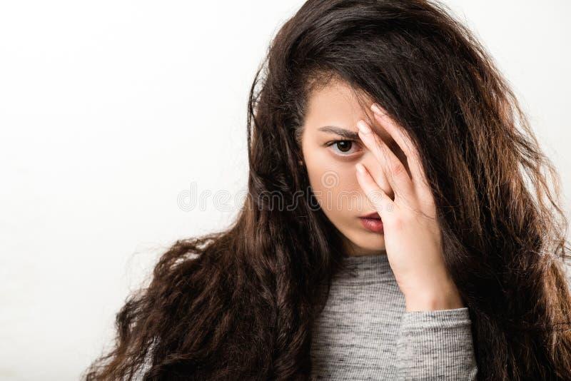?rtlich festgelegtes Anstarren des intensiven Blickes der Krisenproblemfrau stockfotografie