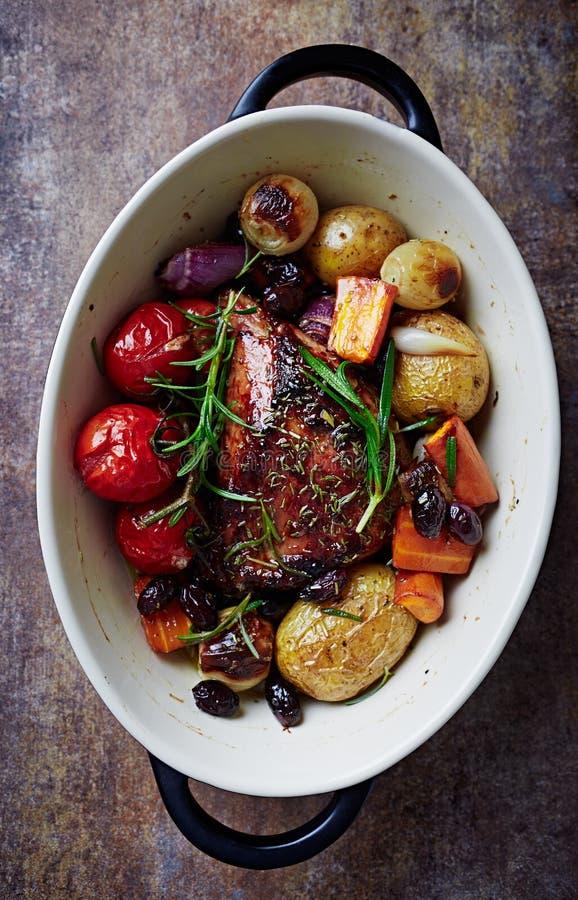 Örtstekgriskött med stekgrönsaker royaltyfria bilder