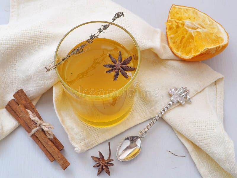 Örtte med apelsiner och kryddor Exponeringsglas av fruktte Värmevinterdrink Selektivt fokusera arkivbilder
