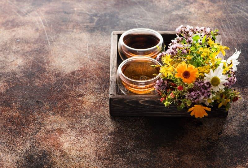 Örtte- och läkaörter för koppar i ett trämagasin royaltyfria bilder