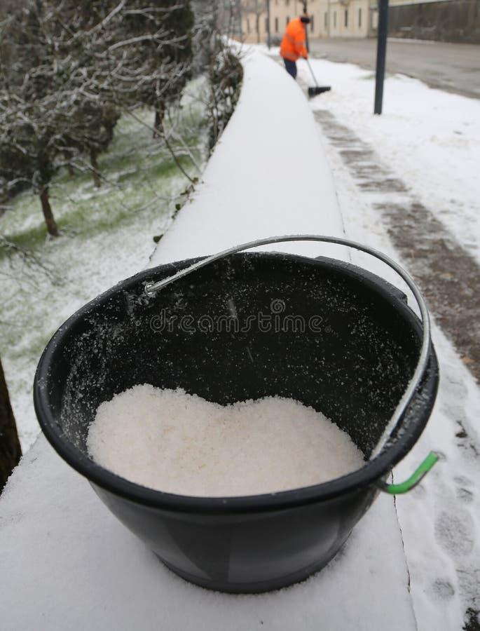 Ösregna med mycket salt van vid meltis och snöa från siden arkivfoto