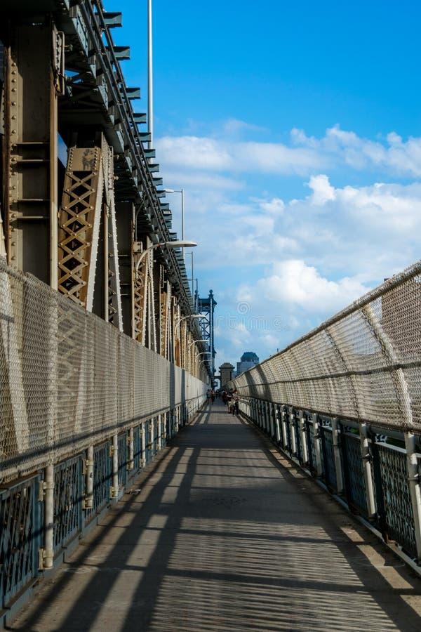 Öst-destinerad sikt längs den fot- gångbanan för Manhattan bro som leder från Manhattan in mot Brooklyn, New York City, NY royaltyfria foton
