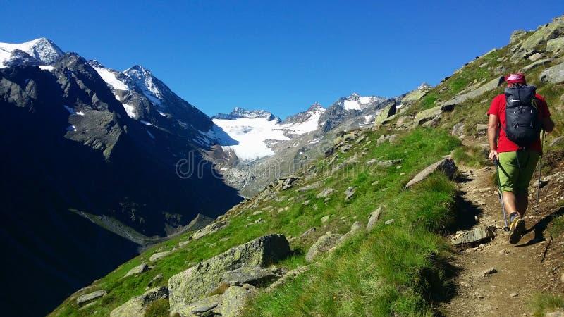 Österreich Alpines Region ` Stubai-` Der Bergsteiger auf einem Gebirgsweg lizenzfreie stockbilder
