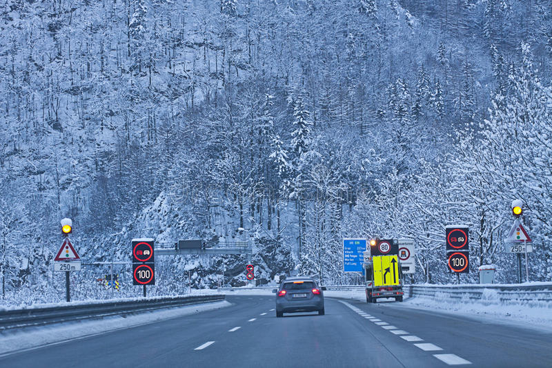 Österreich, Autobahn A10 von Salzburg nach Villach im Winter mit Sn lizenzfreie stockbilder