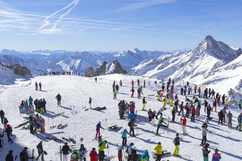 Österreich Hintertux - 4. Februar 2019: Viele Skifahrer und Snowboarder stehen auf der Steigung, bevor sie unten auf den Österrei lizenzfreies stockbild
