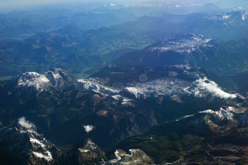 ÖSTERREICH - Oktober 2016: Die Alpen, wie von einem Flugzeug, flache Ansicht gesehen von Bergen lizenzfreie stockfotografie
