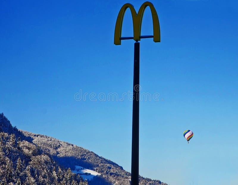 Österreichische Alpen, balloning über den Bergen und den Mcdonald-advertis stockbilder