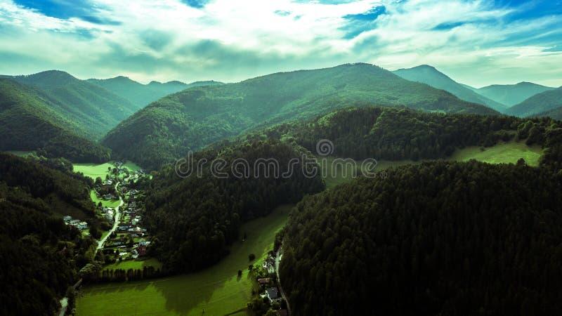 Österreichische Berge und wunderbares Tal stockfotos