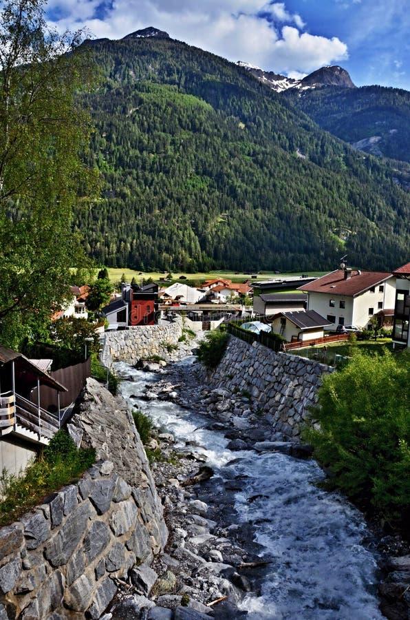 Österreichischer Alpe-Gebirgsstrom In Der Stadt Pfunds Lizenzfreie Stockfotos