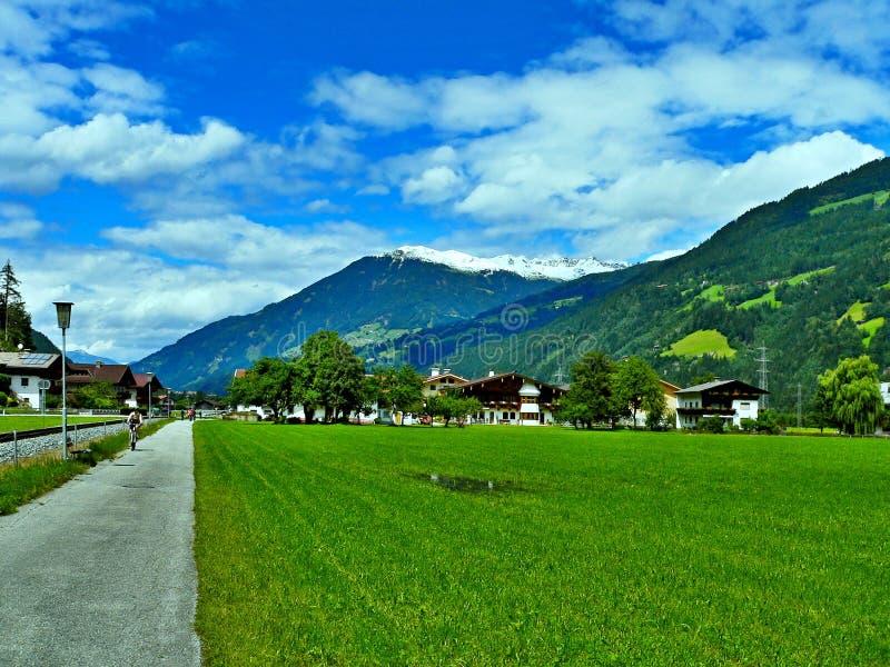 Österreichischer Alpe-Radfahrer auf der Fahrradspur durch das Tal Zillertal lizenzfreies stockbild