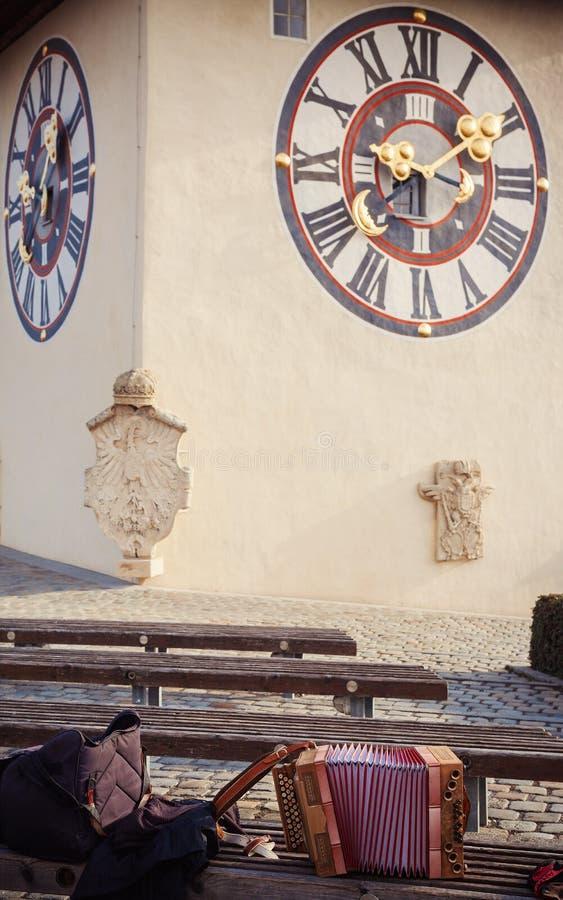 Österreichisches Akkordeon und Uhr lizenzfreie stockbilder