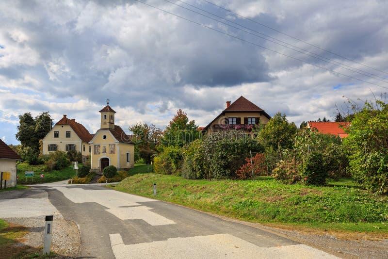 Österreichisches Dorf Perndorf im Fall Steiermark, Österreich lizenzfreies stockbild
