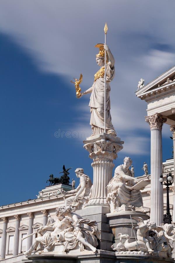 Österreichisches Parlament mit Pallas Athene stockfotos