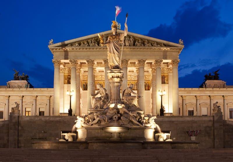Österreichisches Parlament in Wien nachts stockbilder