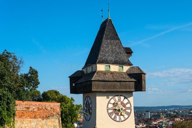Österrike graz Schlossbergen - slottkulle med klockatornet Uhrturm arkivbild