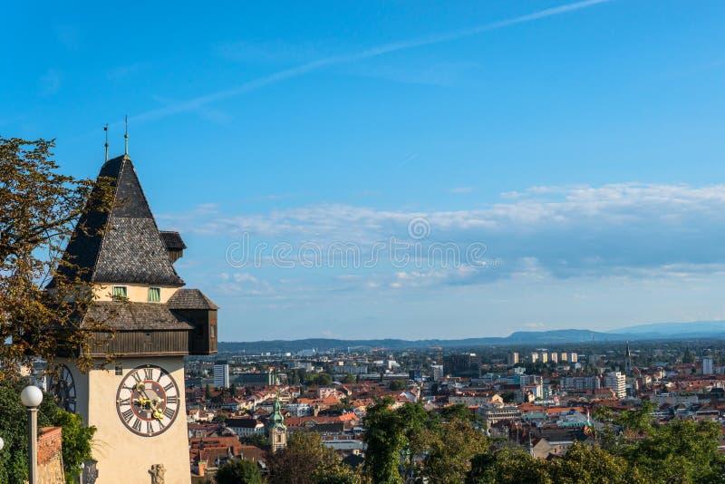 Österrike graz Schlossbergen - slottkulle med klockatornet Uhrturm arkivfoto