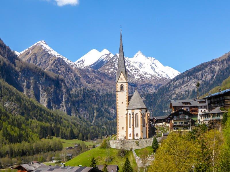 Österrike - härlig alpin kyrka royaltyfria bilder