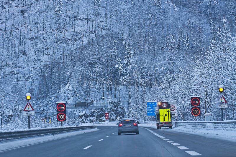 Österrike motorway A10 från Salzburg till Villach i vinter med sn royaltyfria bilder
