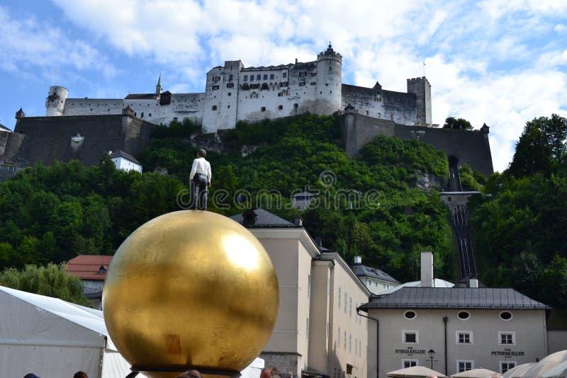 Österrike Salzburg, hus i berget, fjällängar, arkitektur, installation, stad som är bekväm, turism, Mozart royaltyfri fotografi