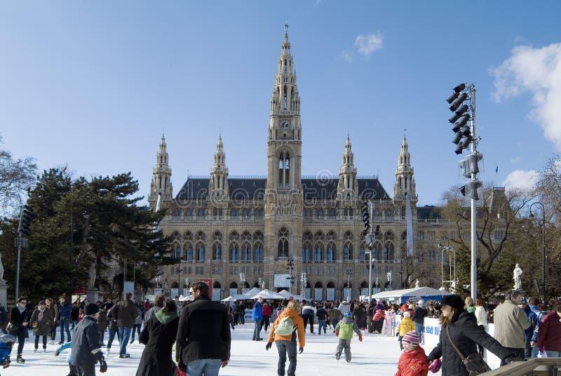 Österrike, Wien, townhall- och isisbana royaltyfri fotografi