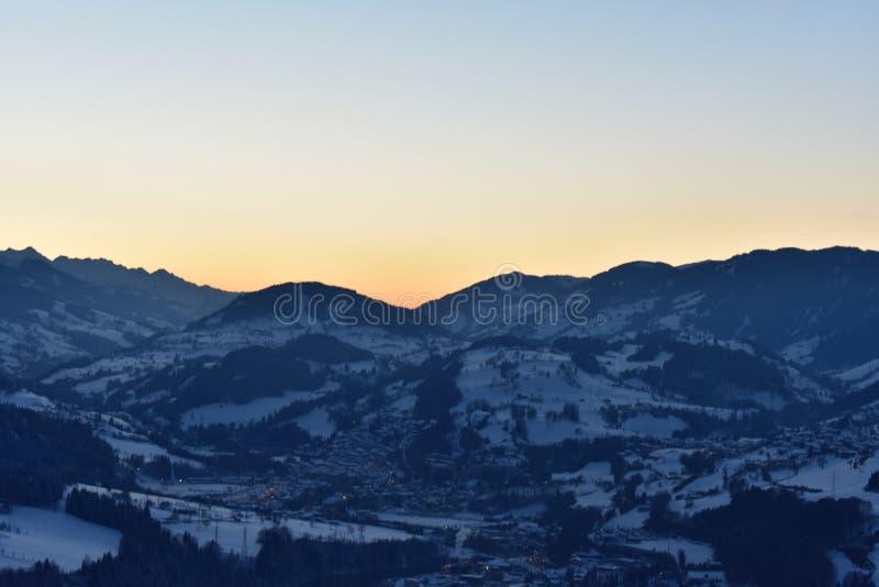 Österrikisk alpin solnedgång fotografering för bildbyråer