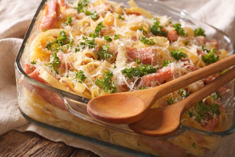 Österrikisk kokkonst: nudlar som bakas med skinka- och ostnärbild Ho royaltyfria bilder