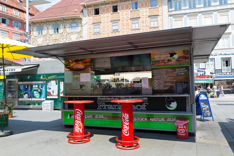 Österrikisk snabbmat shoppar, korvställningen i Graz, Österrike Det har kallat Schnellimbiss i tyskt språk arkivfoton