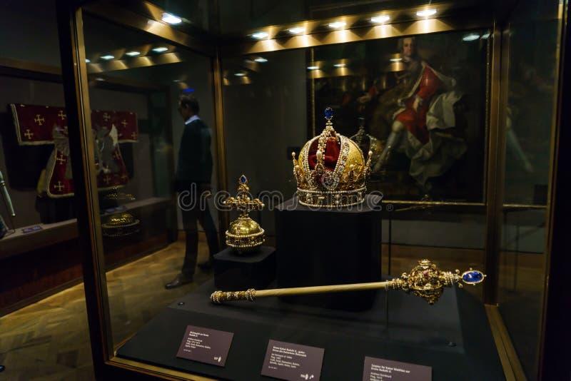 Österrikiska kronajuvlar - imperialistisk krona, Orb och Sceptre, Wien arkivbilder