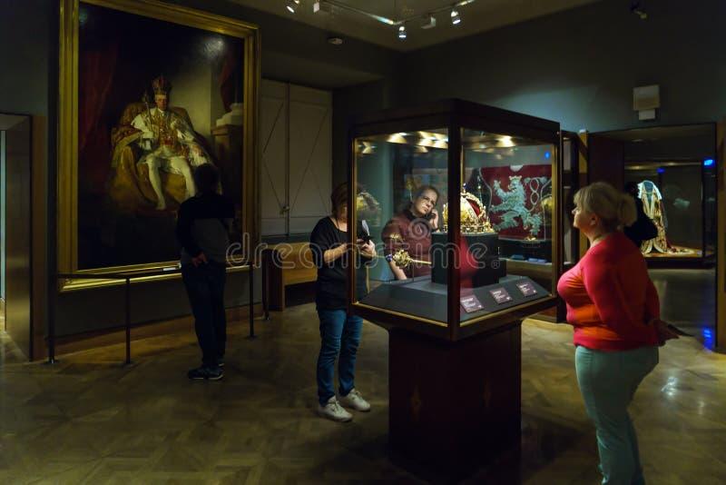 Österrikiska kronajuvlar - imperialistisk krona, Orb och Sceptre, Wien royaltyfri foto