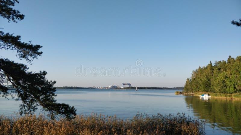 Östersjön nära Åbo, Finland, tidigt på hösten arkivfoton