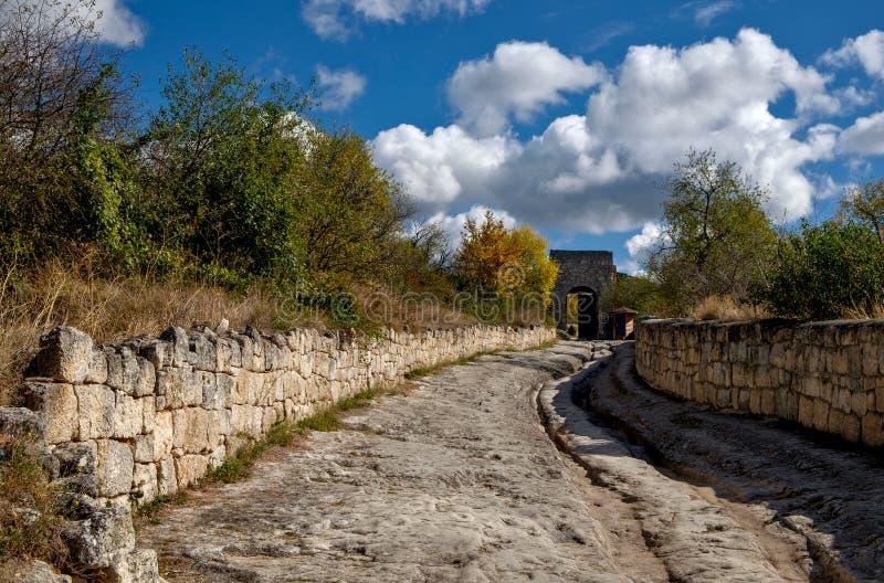 Östliche defensive Tore mittelalterlichen Stadt Chufut-Kohls, Krim lizenzfreies stockbild