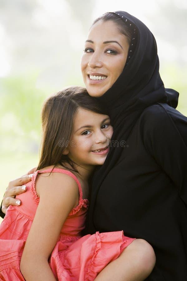 östlig dotter henne medelkvinna fotografering för bildbyråer