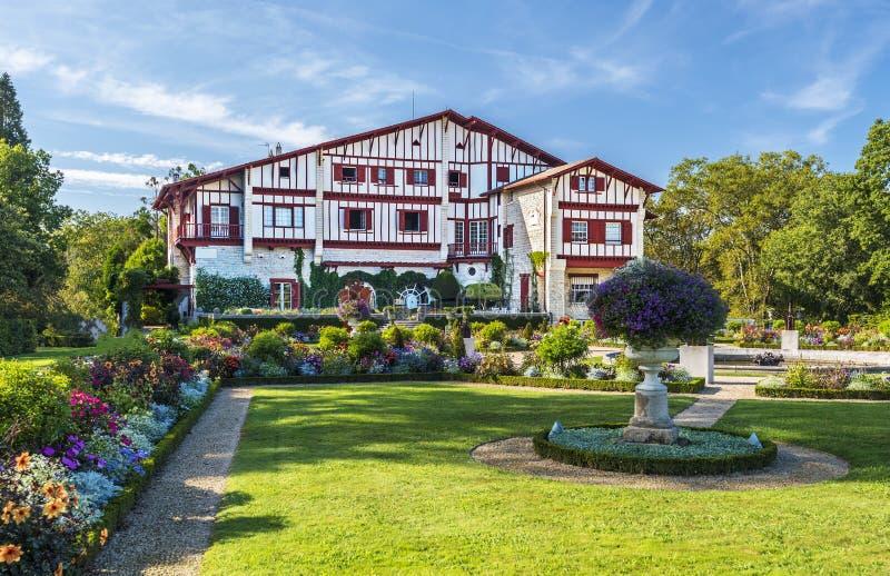 Östlig fasad av villan Arnaga i Cambo-les-Bains, typisk hus av neo baskisk stil i franska atlantiska Pyrenees royaltyfri fotografi