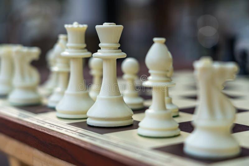 ÖSTLIG GRINSTEAD, VÄSTRA SUSSEX/UK - AUGUSTI 18: Schackuppsättning utanför royaltyfria foton