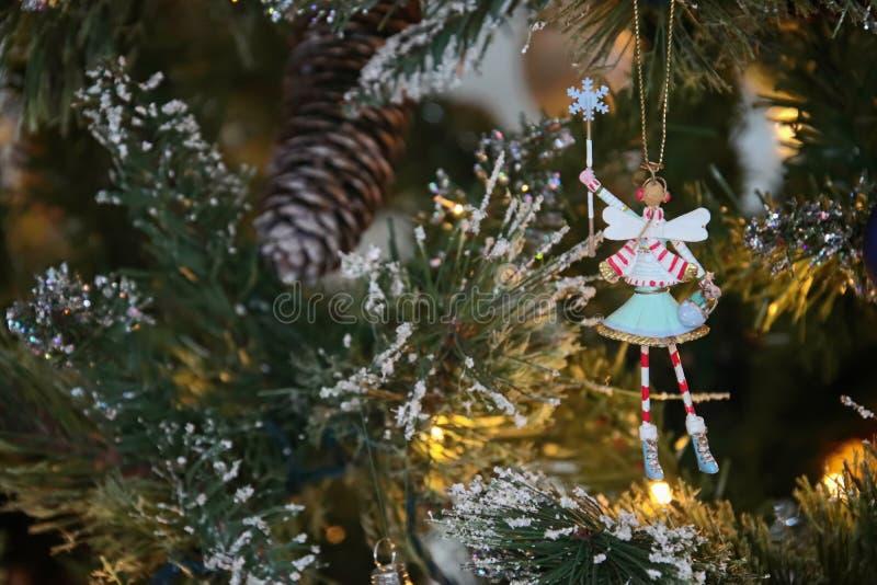 ÖSTLIG GRINSTEAD, VÄSTRA SUSSEX/UK - DECEMBER 20: Julgran De royaltyfri foto