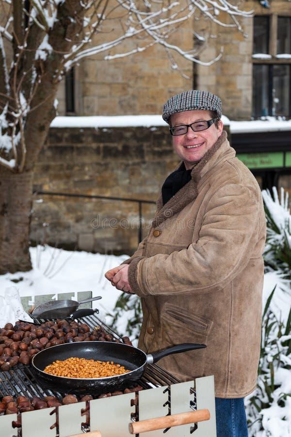 ÖSTLIG GRINSTEAD, VÄSTRA SUSSEX/UK - DECEMBER 19: Man som säljer varmt c royaltyfria foton