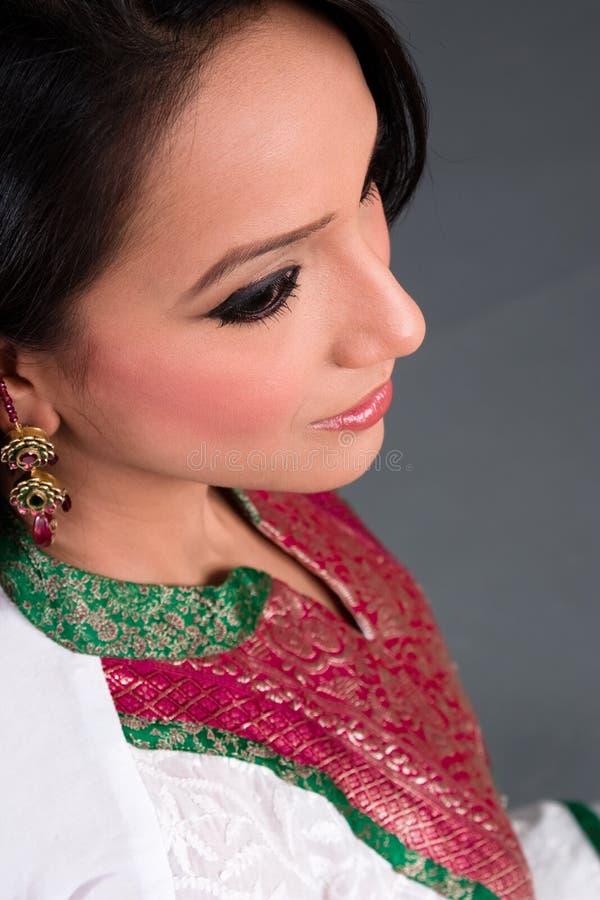 östlig indisk ståendewom royaltyfria foton