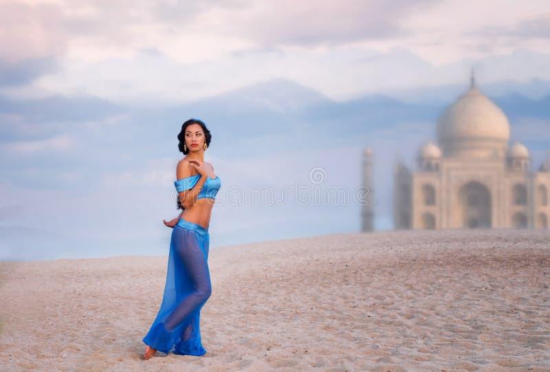 Östlig stilstående av en flicka med en bild av slotten arkivfoton