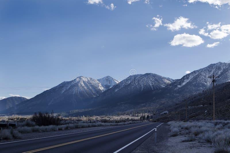 Östlig toppig bergskedja Nevada Empty Two Lane Highway Kalifornien arkivbild