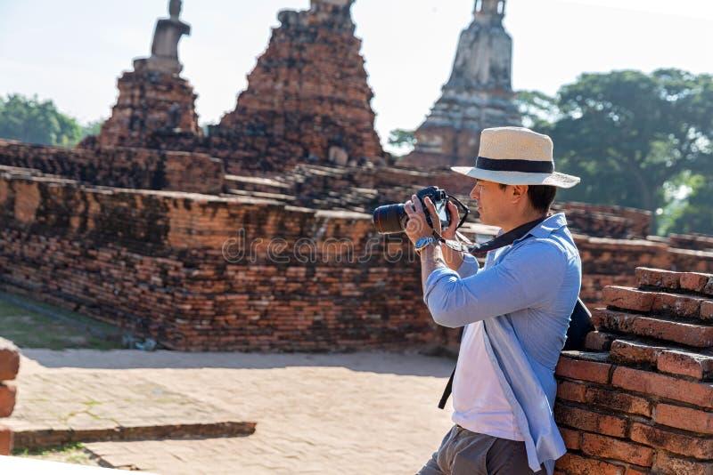 Östliga Asien sommarferier Caucasian manturist från tillbaka att se den Wat Chaiwatthanaram templet Handelsresande tar bilder med arkivbilder