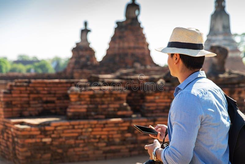 Östliga Asien sommarferier Caucasian manturist från tillbaka att se den Wat Chaiwatthanaram templet Turist- lopp i morgonen royaltyfri bild