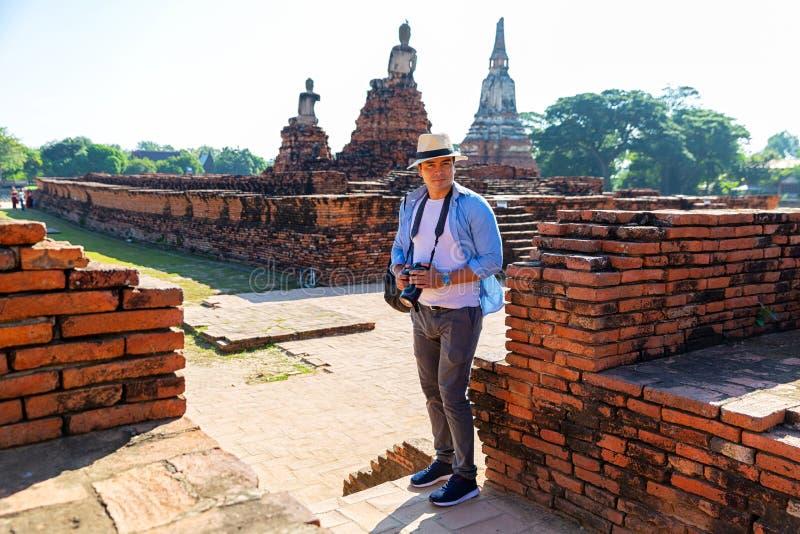 Östliga Asien sommarferier Caucasian manturist från tillbaka att se den Wat Chaiwatthanaram templet Turist- lopp i morgonen arkivbilder