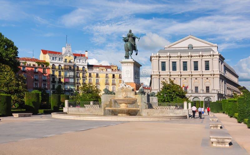 Östliga fyrkantiga Plaza de Oriente och kunglig teater verkliga Teatro, Madrid, Spanien royaltyfri fotografi