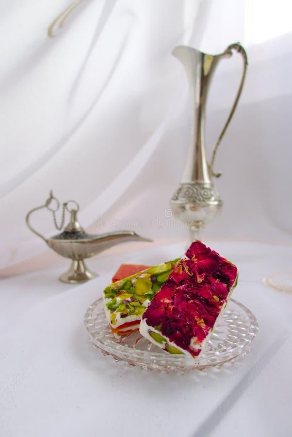 Östliga sötsaker med rosa kronblad royaltyfri foto