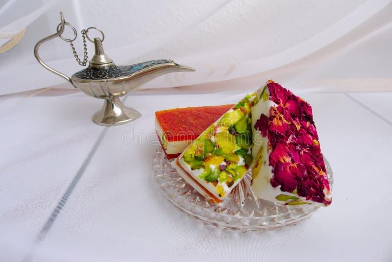 Östliga sötsaker med rosa kronblad royaltyfria bilder