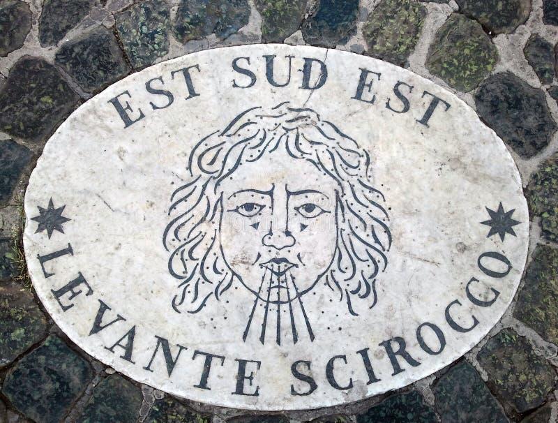 Östliga sydost för Est-SudEst - ett huvud som symboliserar riktningen av vinden En forntida bild på en marmortjock skiva i St Pet royaltyfria bilder
