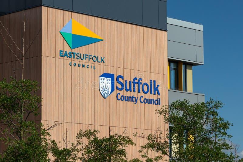 Östligt Suffolkråd- och Suffolk County rådtecken och logo i Lowestoft, Suffolk, England royaltyfri fotografi