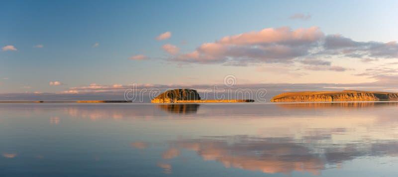 ÖStolb pelare - de enda stenar ön i deltan av Lena River arkivbilder